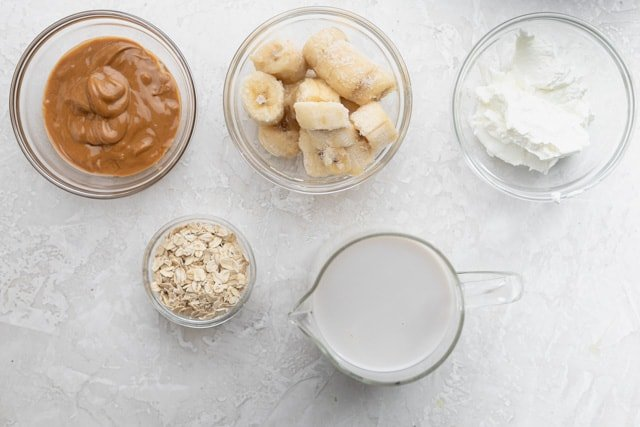 Ingredients to make the recipe: Milk, bananas, peanut butter, greek yogurt and rolled oats