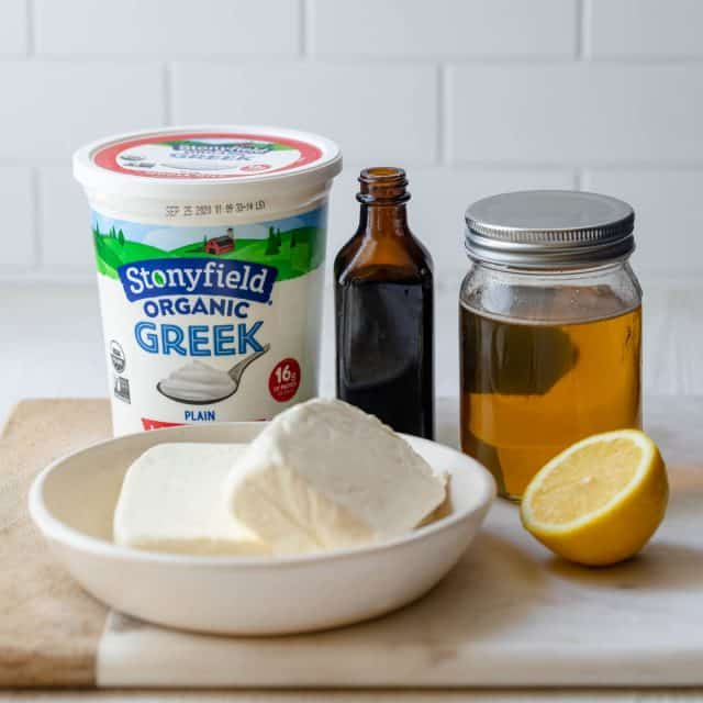 Ingredients for the filling: cream cheese, greek yogurt, lemon juice, honey and vanilla
