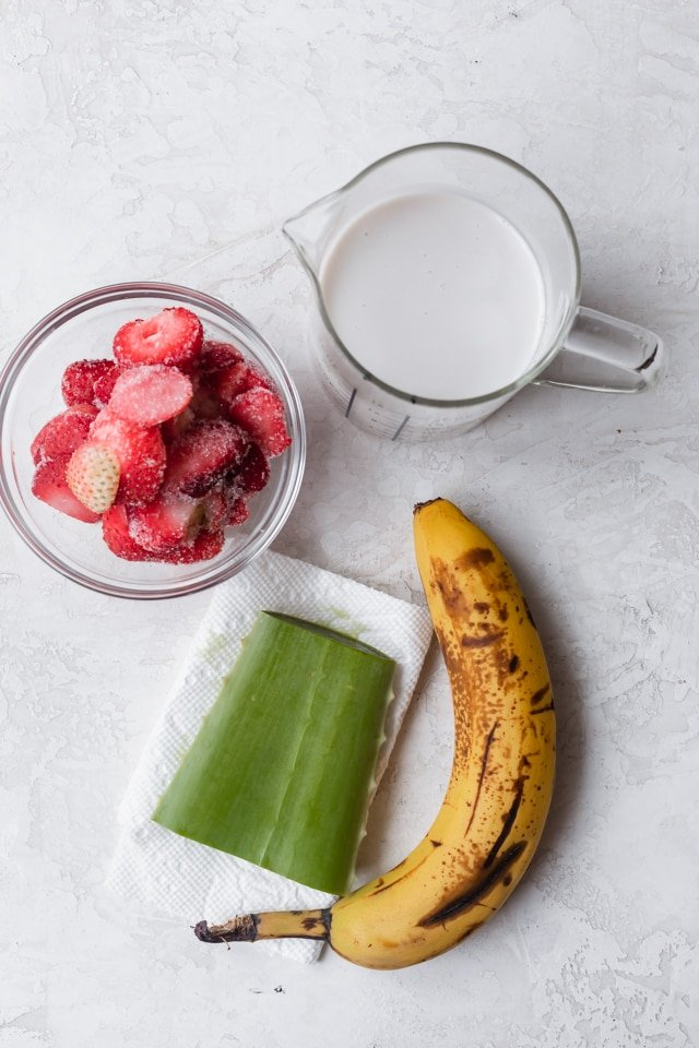 4 ingredients to make the smoothie: banana, coconut milk, strawberries and aloe vera gel