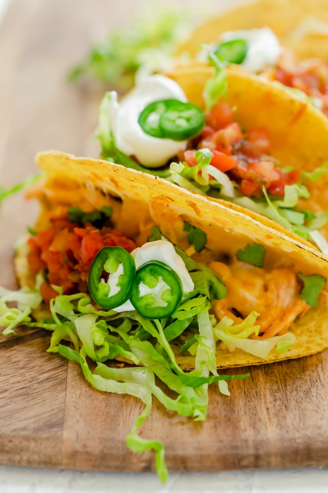 Close up shot of the baked chicken tacos with toppings inside.