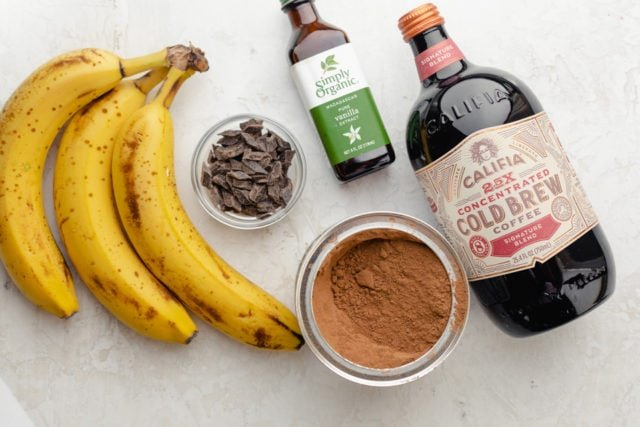 Ingredients to make the recipe: bananas, cold brew coffee, cocoa powder and vanilla extract. Chocolate chunks are aptional