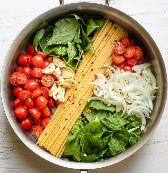 Ingredients to make the recipe: spaghetti, tomatoes, spinach, basil, onions, garlic and crushed red pepper