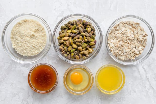 Ingredients to make the recipe: almond flour, pistachios, oat flour, honey, egg and butter