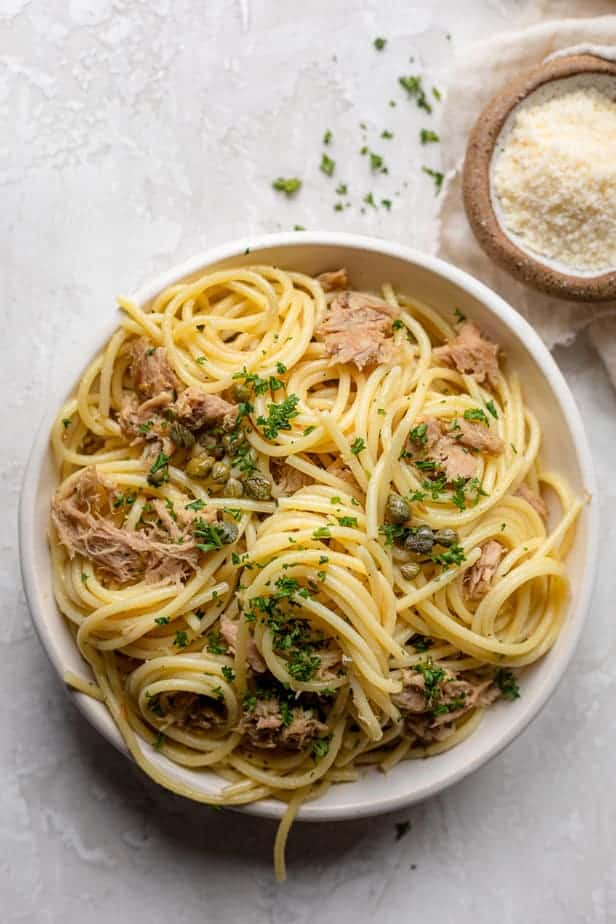 Tuna pasta with garlic and lemon