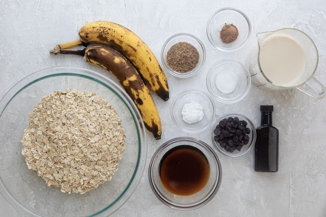 The ingredients to make a banana oatmeal cup
