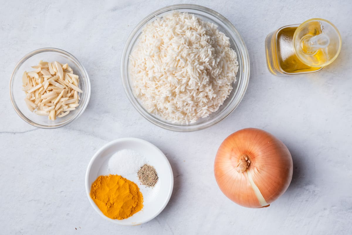 Ingredients to make the recipe: rice, onions, turmeric, salt, pepper, almonds and olive oil