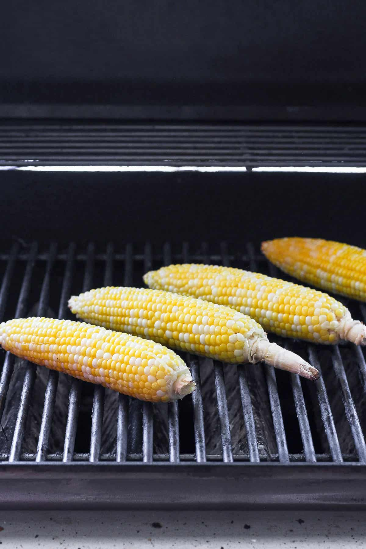 Grill with 4 corn on the cob without husk